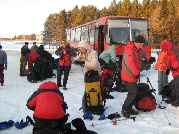 Только приехали, выгружаемся из автобуса