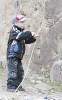 5 Пока взрослые тренеруются, Максимка укорачивает верёвки
