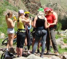 1 Стоят девчонки в сторонке веревки в руках теребят