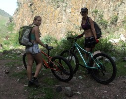 28 Ира и Настя уже поехали домой на велосипедах