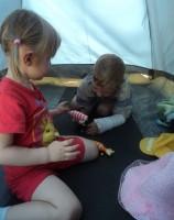 5а Пока взрослые тренируются, Тося и Саня играют в полатке
