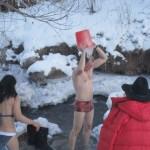 Влад Чалов принимает душ